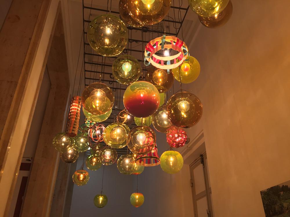 Tobias Rehbergers Installation, bestehend aus 66 Lampen aus gelbem Glas, sowie 20 aus Klettband, wechseln je nach Tageslicht durch einen Umgebungslicht-Sensor ihre Farben und damit die Gestalt des Raums und dessen Wahrnehmung beim Betrachter. Und die Betrachter waren sichtlich angetan von diesem Anblick.