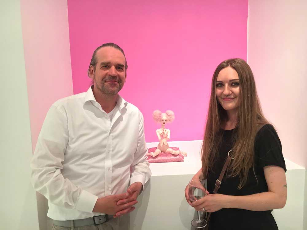 Stephan Stumpf (Galerie-Inhaber) mit der wundervollen Emilie Steele vor ihrem einzigartigen Kunstwerk