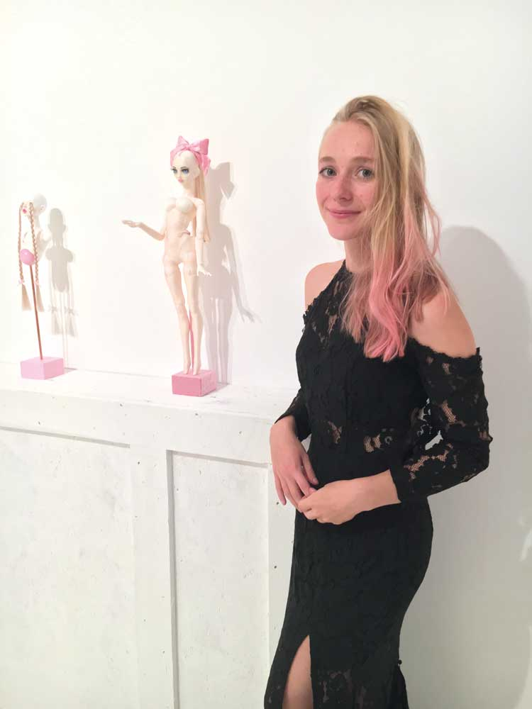 Die Kuratorin von ANYTHING BUT DECORATIVE Estella Vallender vor den Werken von Emilia Steele in der Galerie Störpunkt am Vernissage-Abend