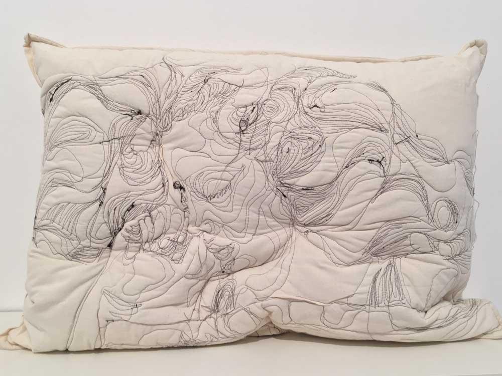 """Die Iranische Künstlerin Maryam Askanian fängt mit ihrer handgenähten Stoffkunst """"Sleep Series"""" die Momenthaftigkeit des vollständigen Friedens ein, indem sie schlafende Menschen mit Nadel und Faden auf Kissen skizziert"""