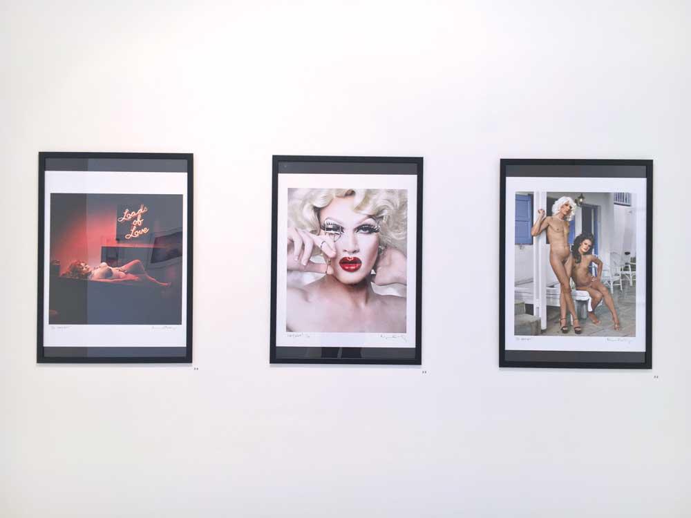 Der Künstler MAGNUS HASTINGS lebt und arbeitet in Hollywood. Er zeigt in seinen Fotografien von Drag Queens mit dem Titel WHY NOT!, dass die Geschlechtergrenzen fließend sind. Sie nehmen die mit weiblichen Attributen und Konsumprodukten verbundene Darstellung der Weiblichkeit nur für eine gewisse Zeit an und verstecken ihr eigentliches Geschlecht hierin perfekt.