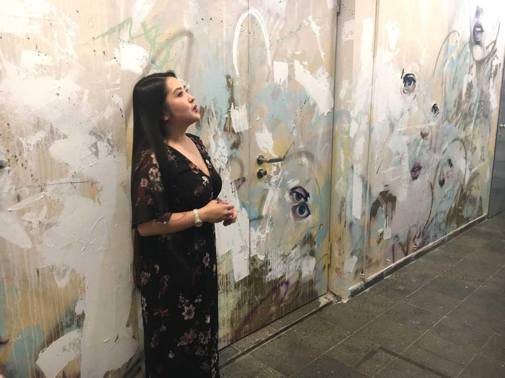 Kuratorin Ánh Nguyen ermöglicht in ihrer Führung den Besuchern einen Einblick in die Hintergründe und Motivation der Ausstellung IMAGO