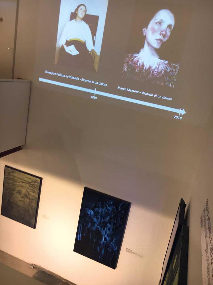 Eine Projektion zeigt uns die Klassiker des Portraits und deren Interpretation der zeitgenössischen Künstler, die speziell für die Ausstellung gefertigt wurden