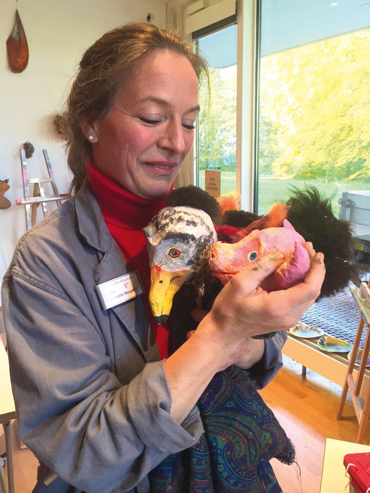 Ulrike Neumann-Neupert, Leiterin des Labors der Phantasie & Inhaberin der Kunstschule Bernried mit Puppen eines ihrer Kunstprojekte.
