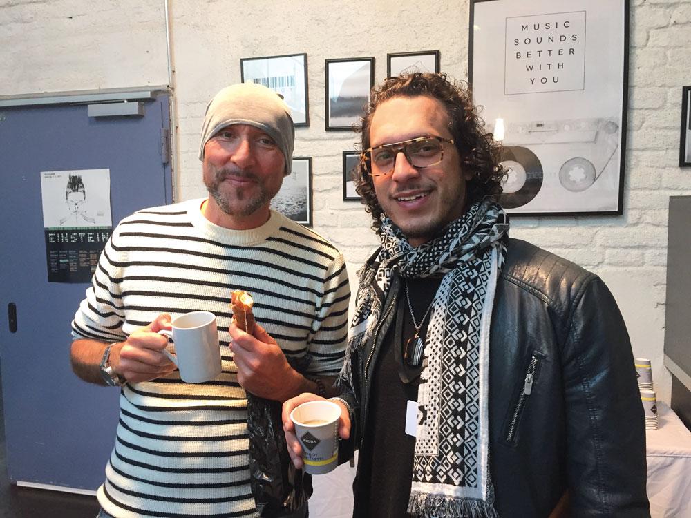 Persönliches Kennenlernen und danach Netzwerken! Die Künstler Julien Knauer (li.) und Hakan Poyraz (re.) beim Gespräch in der Kaffeepause.