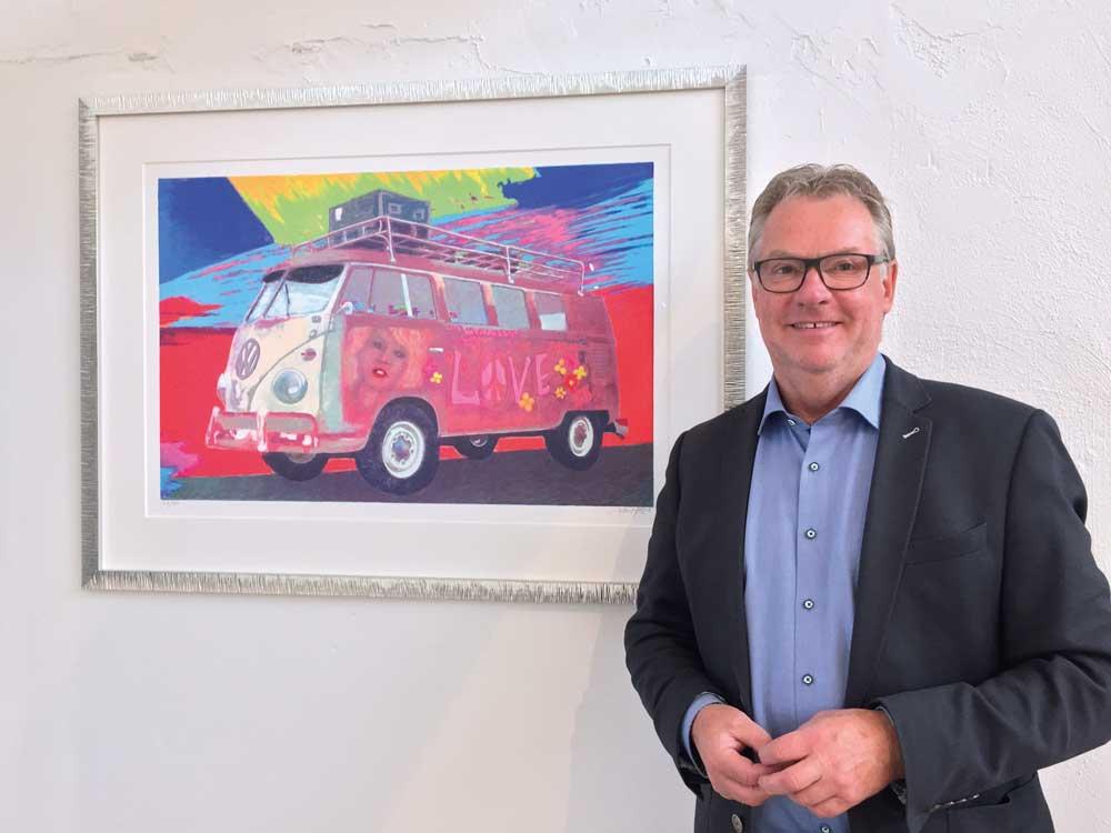 Horst Kemmler von der Galerie Meinlschmidt vor seinem Lieblingsbild HIPPIEBULLY