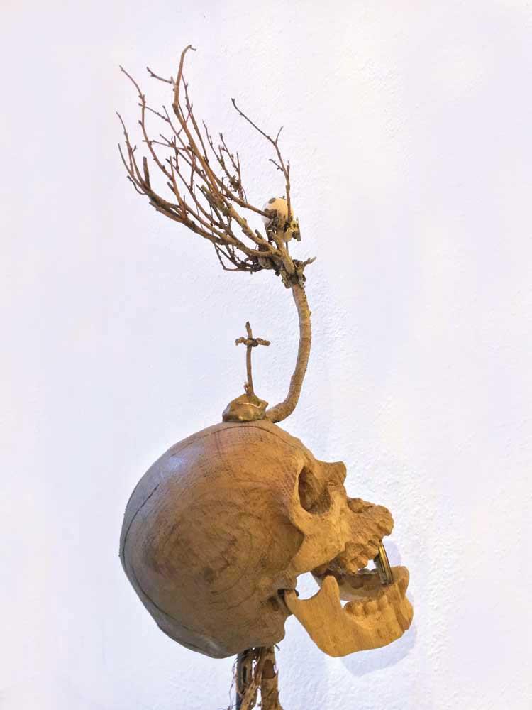 Poetisch-schaurig-schöne Skulpturen aus Holz von Bildhauer Joachim Seitfudem