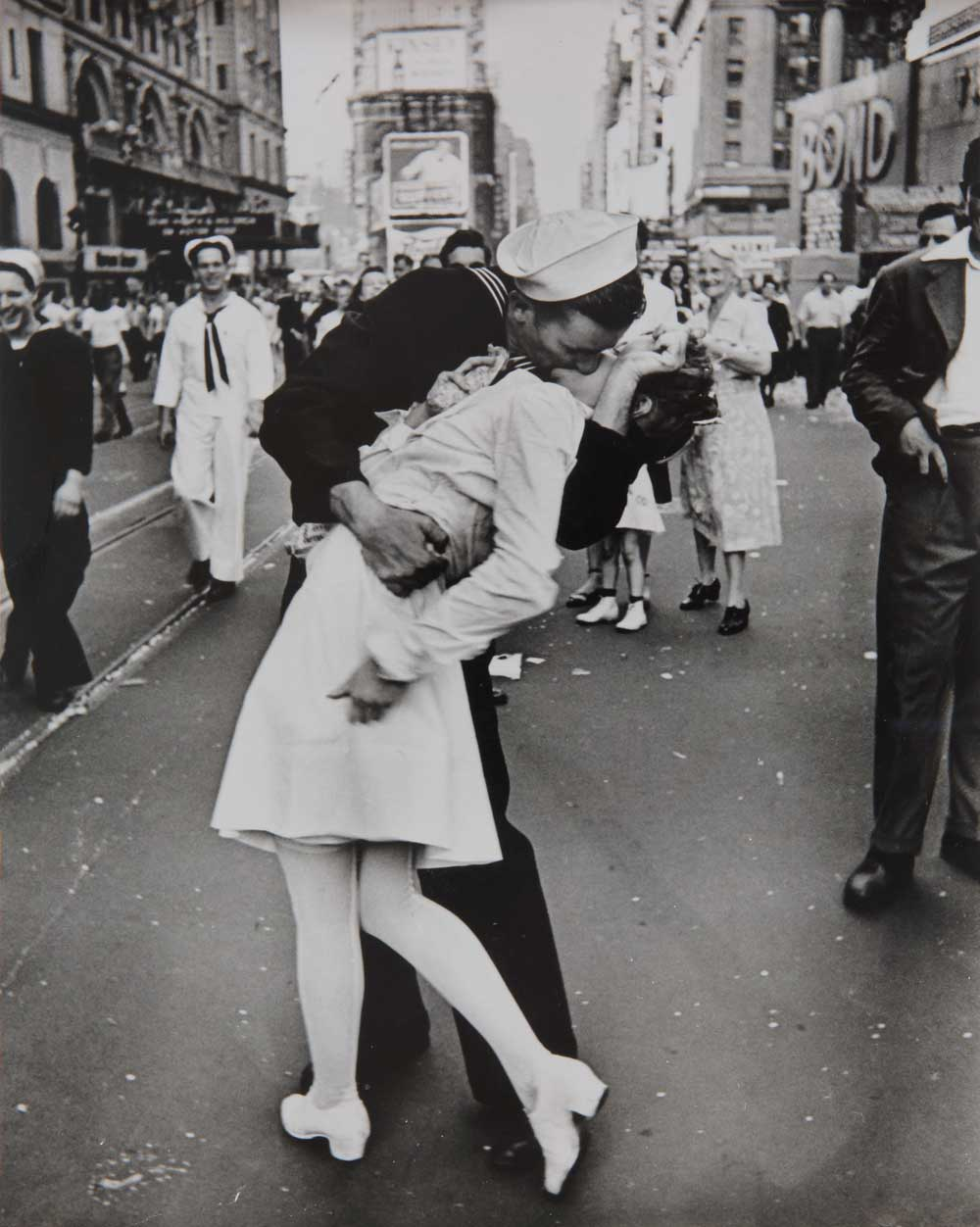 Alfred Eisenstaedt, V-J Day (Kiss), Times Square, New York City, 14. August, 1945, Silbergelatineabzug, © Alfred Eisenstaedt / Time & Life Pictures / Getty Images; Skrein Photo Collection